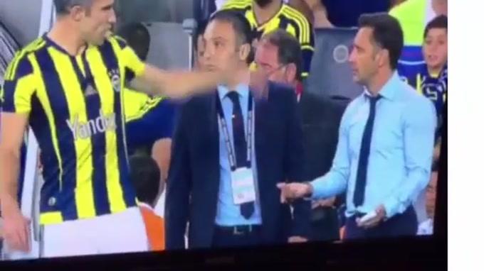 Van Persie saiu do banco aos 80 minutos para dar a vitória ao Fenerbahçe diante do Bursaspor (2-1). No entanto, antes de entrar em campo para substituir o sérvio Markovic, o avançado não escondeu descontentamento com Vítor Pereira.