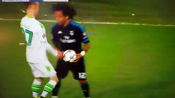 Marcelo agride Arnold no jogo entre Wolfsburgo e Real Madrid e atira-se para o relvado.